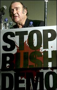 هارولد پینتر در تظاهرات مخالفان جنگ